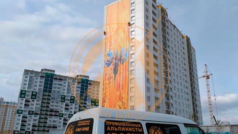 Монтаж большого баннера на новостройке Сибирь